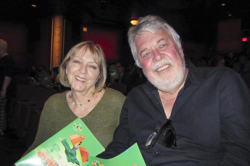 著名作曲家Ashley Irwin與太太Beverley Irwin一起觀看了4月15日晚神韻國際藝術團在荷里活杜比劇院(Dolby Theatre)的第三場演出。(李清怡/大紀元)