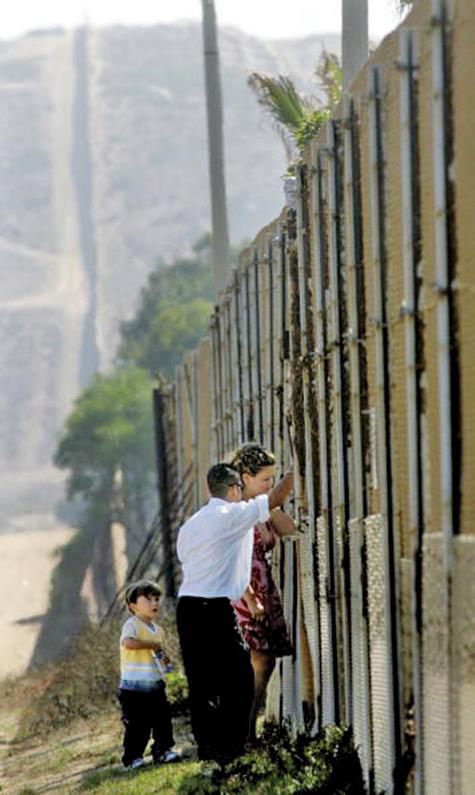 特朗普政府加強邊境管制奏效,非法入境人數減少甚至達70%。圖為加州聖以西邊境圍牆。(AFP)