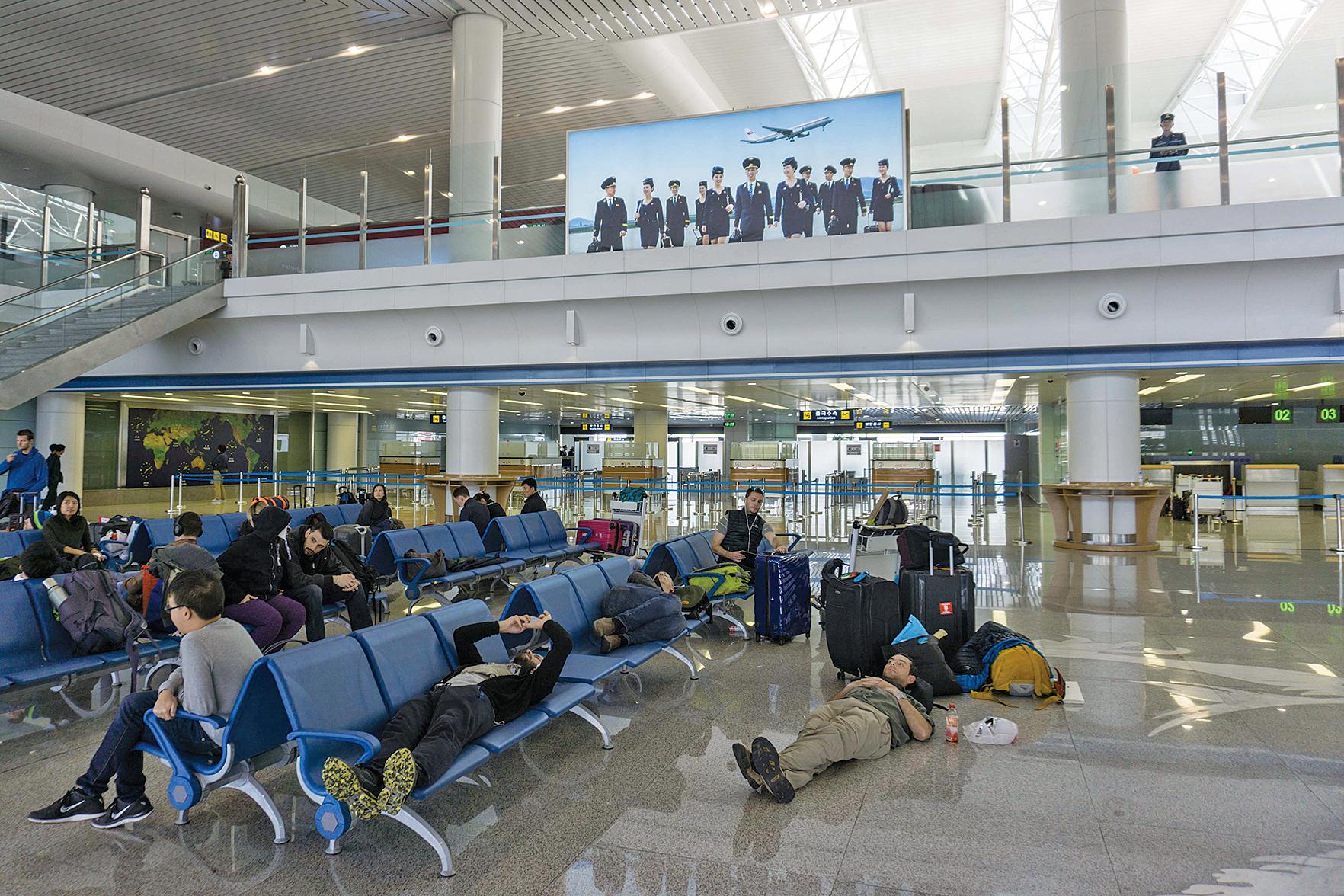 北韓4月15日「太陽節」舉行了大型閱兵式,平壤邀請了約40家外國媒體記者前往採訪。大約20名外國記者原定當天返回北京,但被困在平壤機場,原因是「北京下雪」,但事實不然。(AFP)