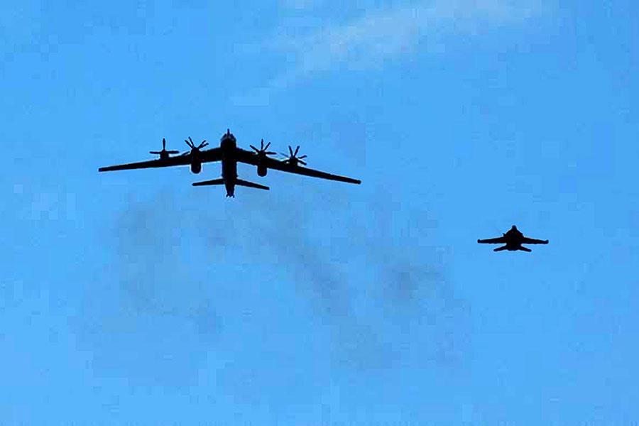 俄羅斯兩架具核能力的轟炸機周一(4月17日)接近美國阿拉斯加州上空,距離科迪亞克島(Kodiak Island)約100英里(161公里)。圖為2008年俄國轟炸機(圖左)在日本南方遭美F/A-18黃蜂式戰鬥攻擊機攔截情形。(U.S. Navy via Getty Images)