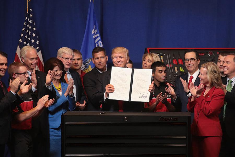 特朗普周二簽署一項名為「買美國貨,僱美國人」的行政令,指示聯邦部門提出H-1B簽證改革方案。(Scott Olson/Getty Images)