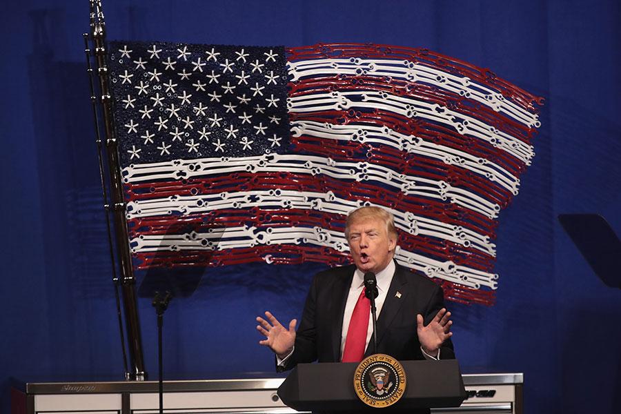 特朗普在Snap-on Tools總部對一群技術專業學生和製造工人發表講話說,他馬上簽署一份「買美國貨,僱美國人」行政令。(Scott Olson/Getty Images)