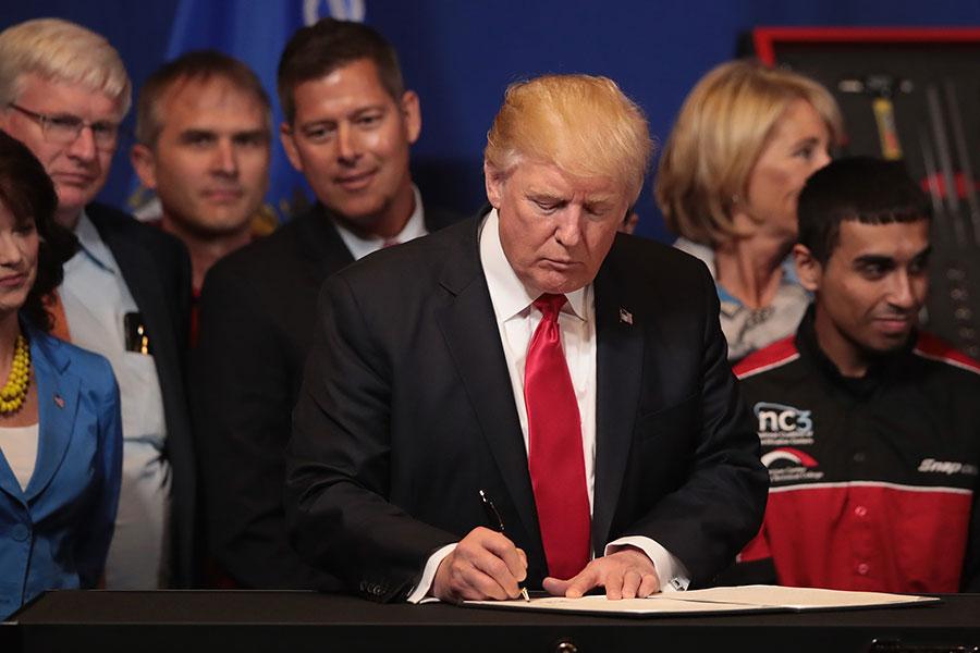 此政令還要求聯邦政府加大對美國國貨的採購。(Scott Olson/Getty Images)
