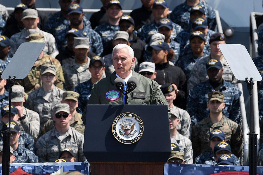 美國副總統彭斯4月19日登上航空母艦列根號,對美軍發表講話。(Toshifumi KITAMURA /AFP)