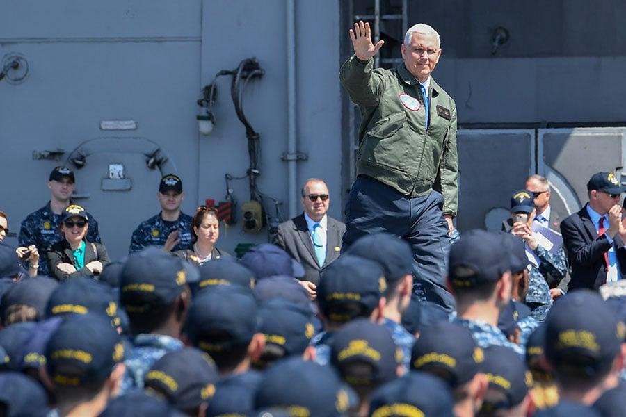 彭斯4月19日登上航空母艦列根號,對美軍發表講話。(Toshifumi KITAMURA /AFP)