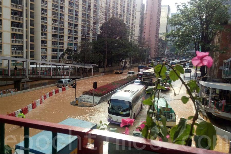 荃灣青山公路荃灣段,下午2時許有水管爆裂,大量水隨泥沙湧上路面,愉景新城至南豐中心之間一段馬路被淹浸。(讀者提供)