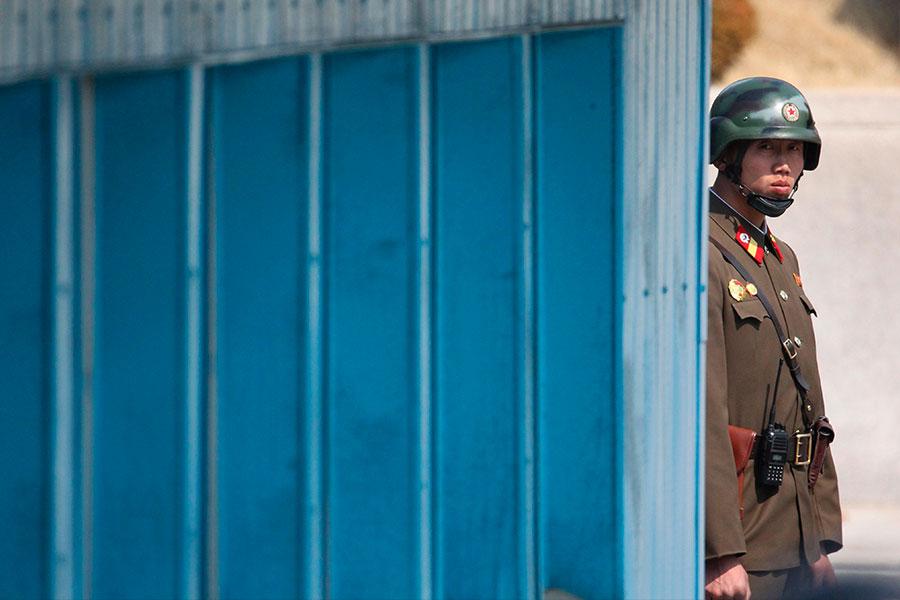 朝鮮半島緊張局勢不斷升級,外界關注,若北韓政權崩潰,中共如何應對。圖為兩韓非軍事區的一名站崗北韓士兵。(LEE JIN-MAN/AFP/Getty Images)