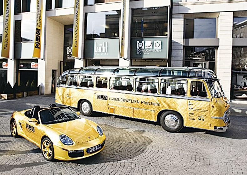 由金箔包裹的保時捷和巴士,給人以夢幻般的奢華感。(德國珠寶世界提供)