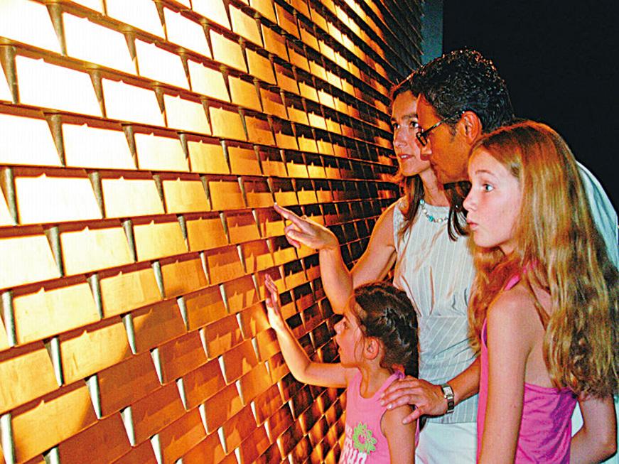 遊客可以在這裏觸摸「金磚牆」。(德國珠寶世界提供)
