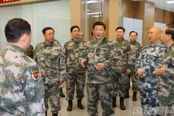 4月18日習近平在北京會見新的84個軍級單位主官時,要求聽從指揮、時刻準備打仗。圖為去年習視察軍委聯合作戰指揮中心的情形。(網絡圖片)