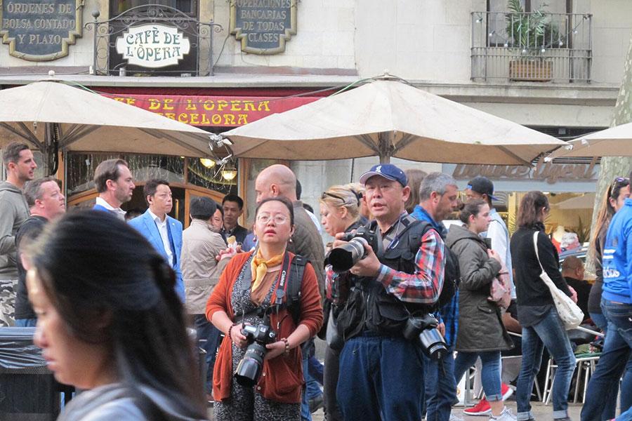 拍照的男子陳永傑(右)和女子楊倩(左),屬於親共組織成員。(大紀元)