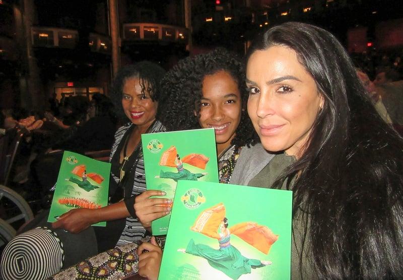 Mara Granderson(右一)帶女兒和朋友觀看了美國神韻國際藝術團在荷里活杜比劇院(Dolby Theatre)的第五場演出,她表示演出絕對觸動人心,打到人的靈魂深處。(李清怡/大紀元)