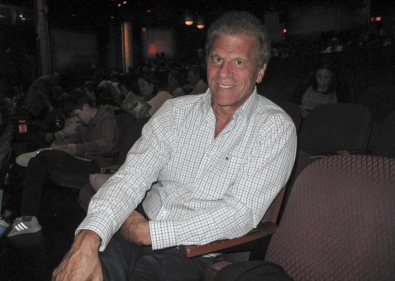 1998年加州州長選舉候選人,個人身價7億美元的企業家Al Checchi先生盛讚神韻演出令人振奮提升,而且獨一無二,值得大力推薦。(劉菲/大紀元)