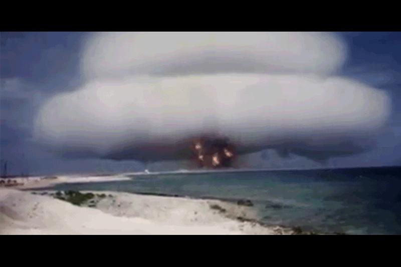 美國政府解密50年代冷戰時期核爆片段,目的是警告人們核武器的威力。(視像擷圖)
