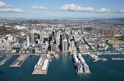 新西蘭宣佈「優先僱用新西蘭人」,緊縮工作簽證計劃。圖為奧克蘭。(Getty Images)