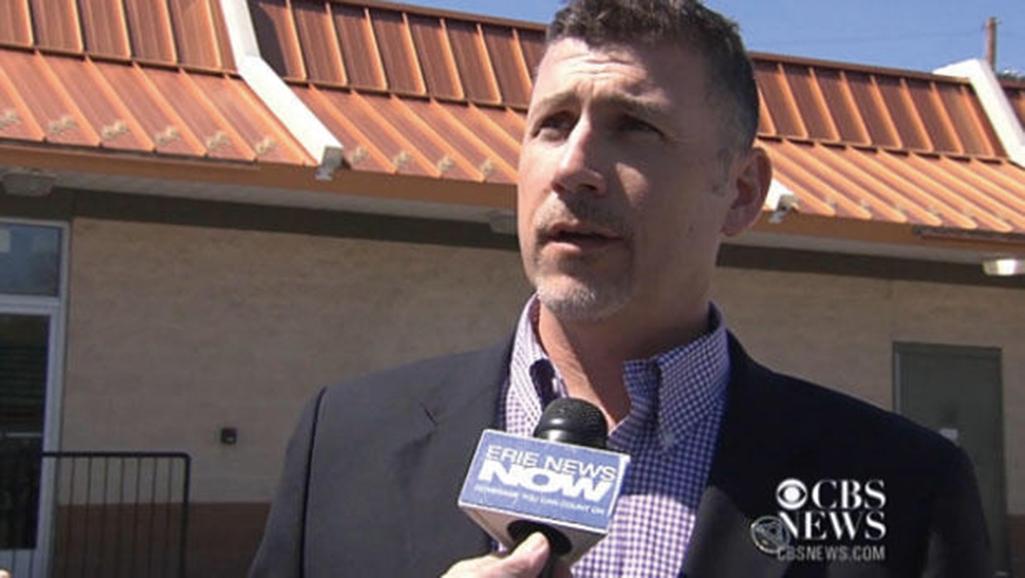 麥當勞餐廳業主杜察梅(Tom Ducharme)告訴CBS子媒體WSEE,斯蒂芬斯在早上11點駛入第一個得來速窗口,一名僱員認出他來。(影片截圖)