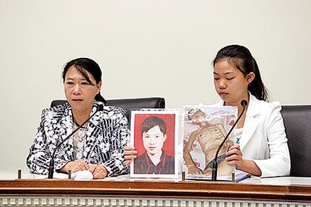 法輪功學員遲麗華(左)和女兒徐鑫洋(右)展示丈夫徐大為入獄前後的對比照片。(石青雲/大紀元)