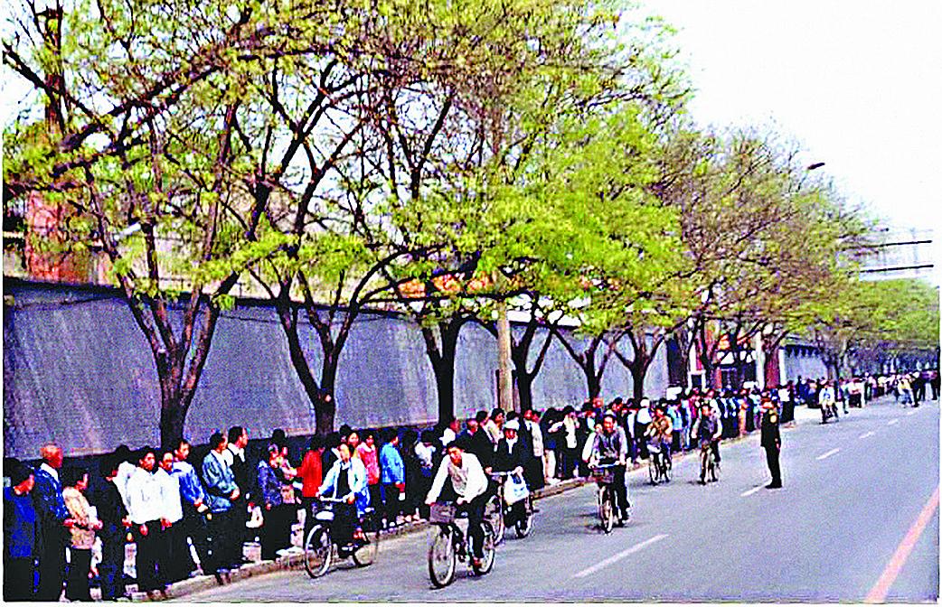 萬名法輪功學員上訪時沒有妨礙交通,自行車暢通無阻。(明慧網)