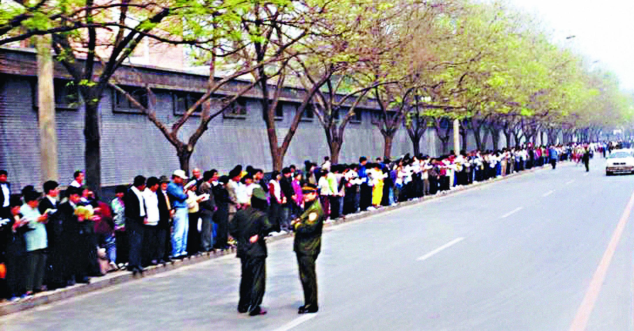 1999年4月25日,上訪的法輪功學員非常安靜祥和,靜靜等待著向國務院信訪辦反映情況,見證的路人稱道:「從未見過這麼高素質的人。」(明慧網)