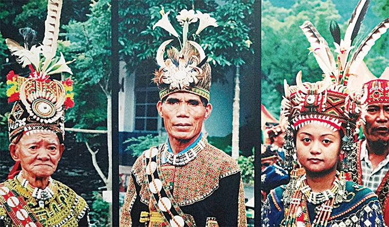 魯凱族族花百合花是魯凱族的精神象徵,男人佩戴代表榮耀,女子佩戴代表貞節。(曾晏均翻攝)