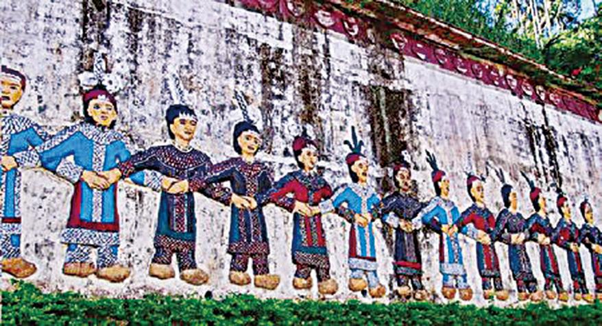 霧台國小操場圍牆上魯凱族人跳舞的圖騰是在地的教育情境。