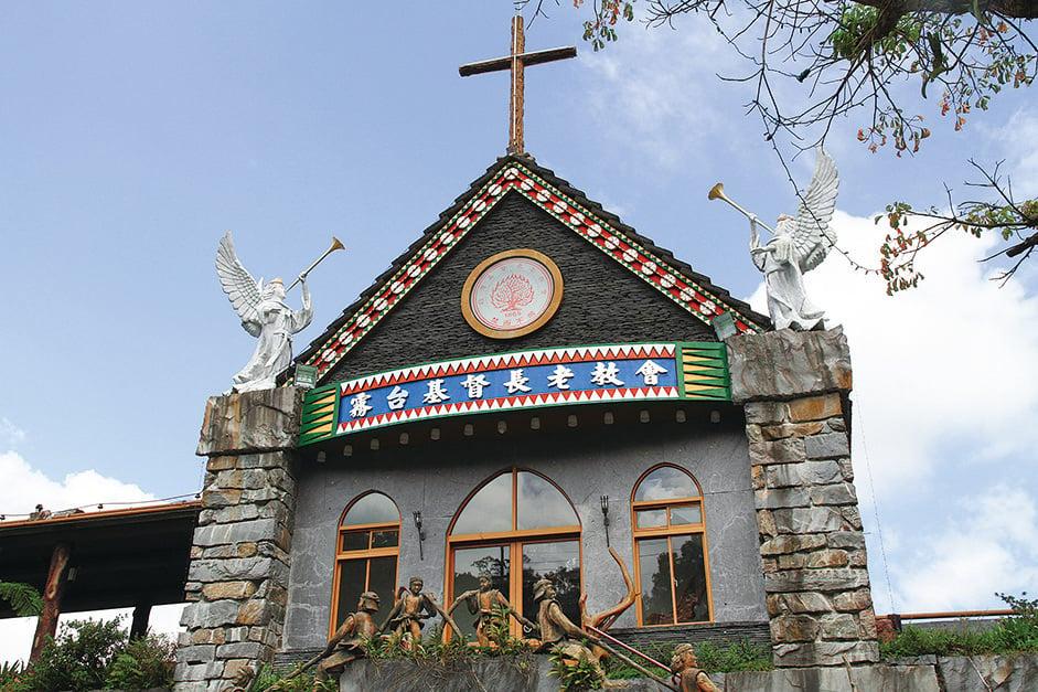 長老教堂是杜巴男先生生前最後的作品,他將魯凱族的精神發揮的淋漓盡致。(台灣交通部觀光局)