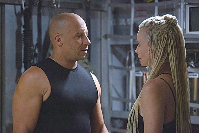 查理絲花朗(Charlize Theron)(右)與雲狄素(Vin Diesel)在電影中的劇照。