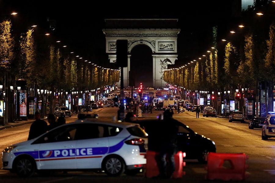 法國總統大選前,巴黎香榭麗舍大道周四晚間驚傳槍響,法國內政部表示,目前已知一名警察和一名攻擊者均已遇難。(THOMAS SAMSON/AFP/Getty Images)