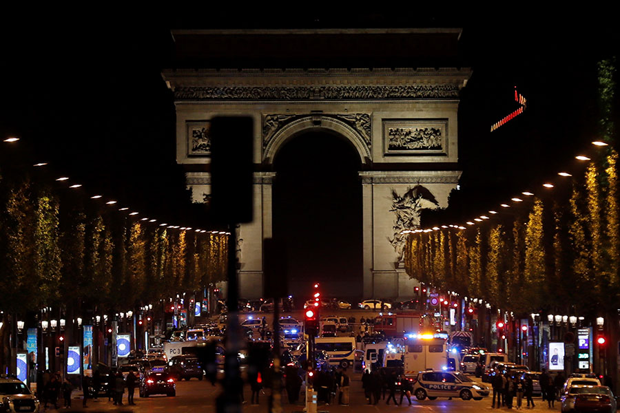 巴黎香榭麗舍大道20日晚間驚傳槍響。(THOMAS SAMSON/AFP/Getty Images)