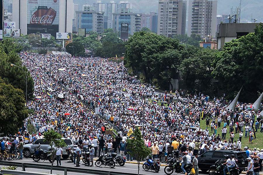 委內瑞拉反對陣營周三(4月19日)發動「示威之母」(La madre de todas las marchas)全國抗爭活動,號召成千上萬民眾包圍首都卡拉卡斯(Caracas)及其它城市,抗議馬杜羅總統(Nicolás Maduro Moros)政府。(CARLOS BECERRA/AFP/Getty Images)