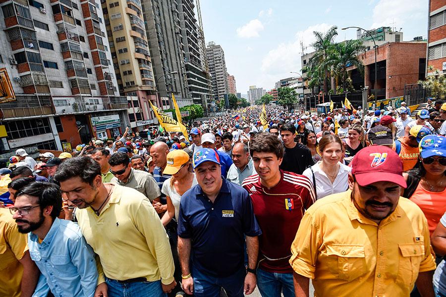 委國19日上街頭抗議當權者的群眾。(JUAN BARRETO/AFP/Getty Images)