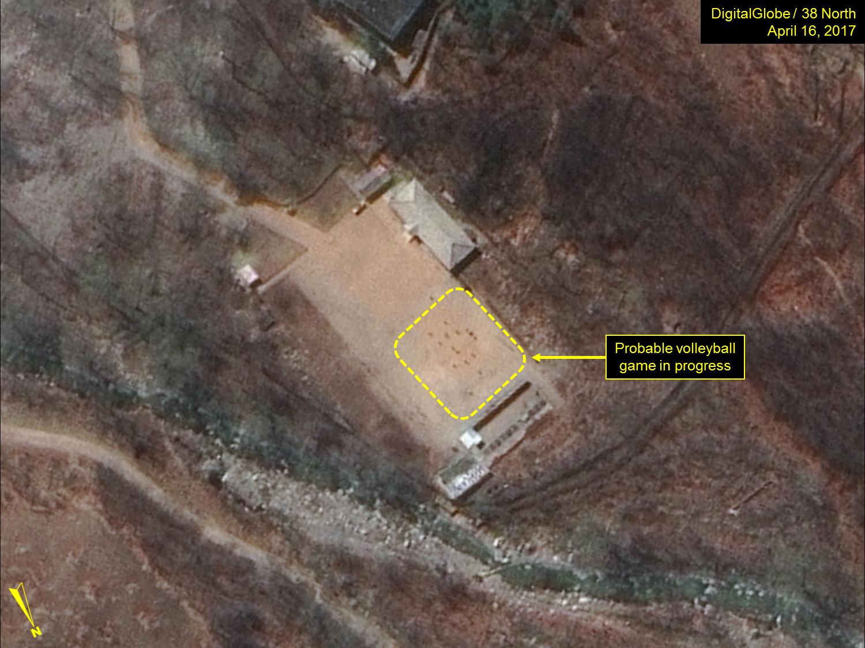 分析衛星圖像的美國專家說,他們發現北韓核試驗場地有異常活動:打排球。(來源:38 North)