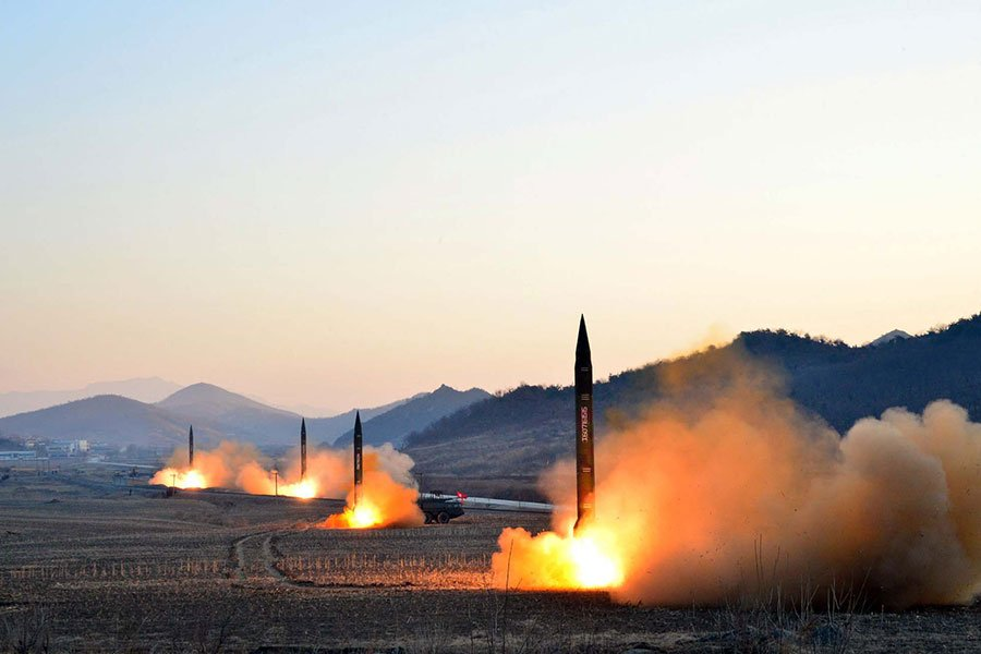 韓聯社引述國防部消息人士的話說,北韓豐溪里核試驗場在上次核試之後,出現地形受損的跡象,若要再進行核試,會有很大的困難。圖為北韓今年3月發射導彈時的情形。(STR/AFP/Getty Images)