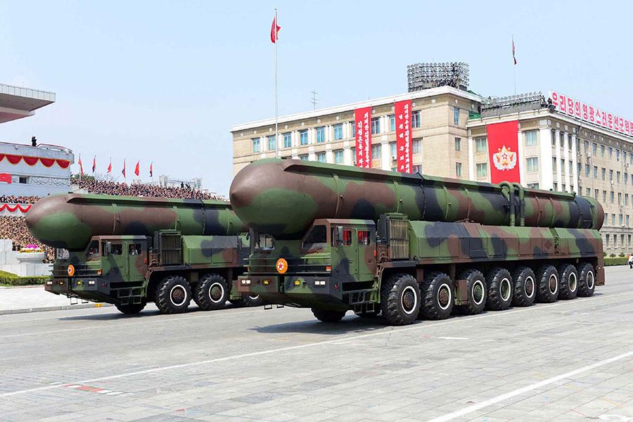 北韓在15日閱兵上展示裝載固態燃料火箭的罐體。(STR/AFP/Getty Images)