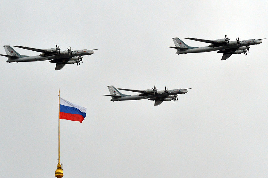 美國官員說,4月18日(周二)下午,美軍追蹤兩架靠近阿拉斯加海岸的俄羅斯轟炸機,這是兩天來的第二次。圖為2014年5月,圖-95戰略轟炸機在克里姆林宮上空。(YURI KADOBNOV/AFP/Getty Images)