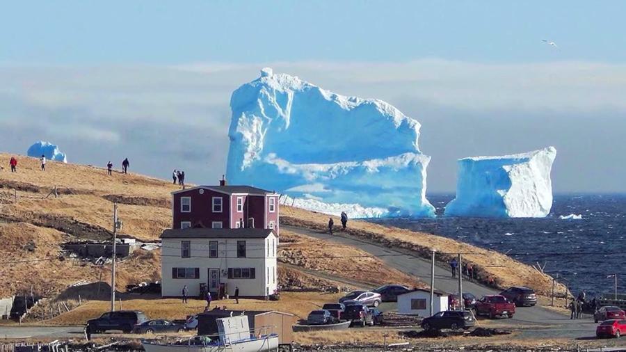 巨型冰山造訪加拿大小鎮 民眾爭相「看山」