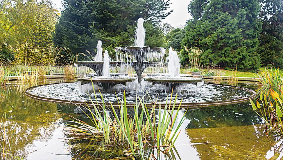 劍橋大學植物園內的噴泉。(photoweges/depositphotos)