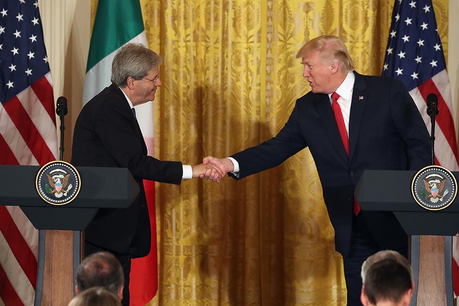 周四(20日),在特朗普與意大利總理真蒂洛尼的聯合記者會上,特朗普表示對解決北韓問題有信心以及對國會新醫保法案表示樂觀。(Mark Wilson/Getty Images)