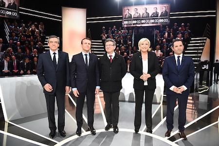幾位主要候選人(從左至右依次為菲永、馬克隆、梅郎雄、瑪琳勒龐和阿蒙)受法國電視一台的邀請,於3月20日進行了選前辯論。(ELIOT BLONDET/AFP/Getty Images)