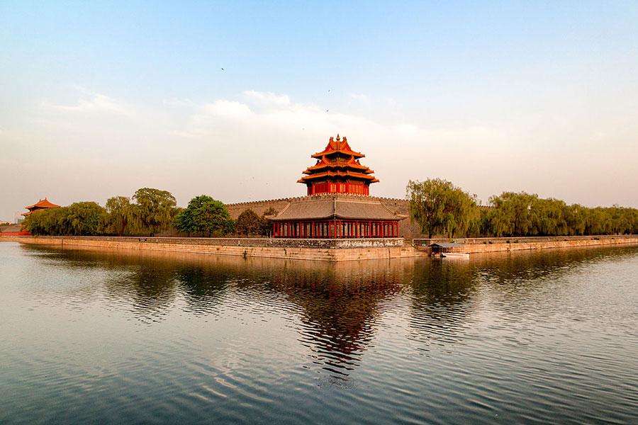 「中國」是人類歷史大戲的最終關鍵時刻的舞台,其中有聖人出世救世,也將有大災難的淘洗。圖為故宮西北角的角樓與護城河。(Czzhermit/維基百科)