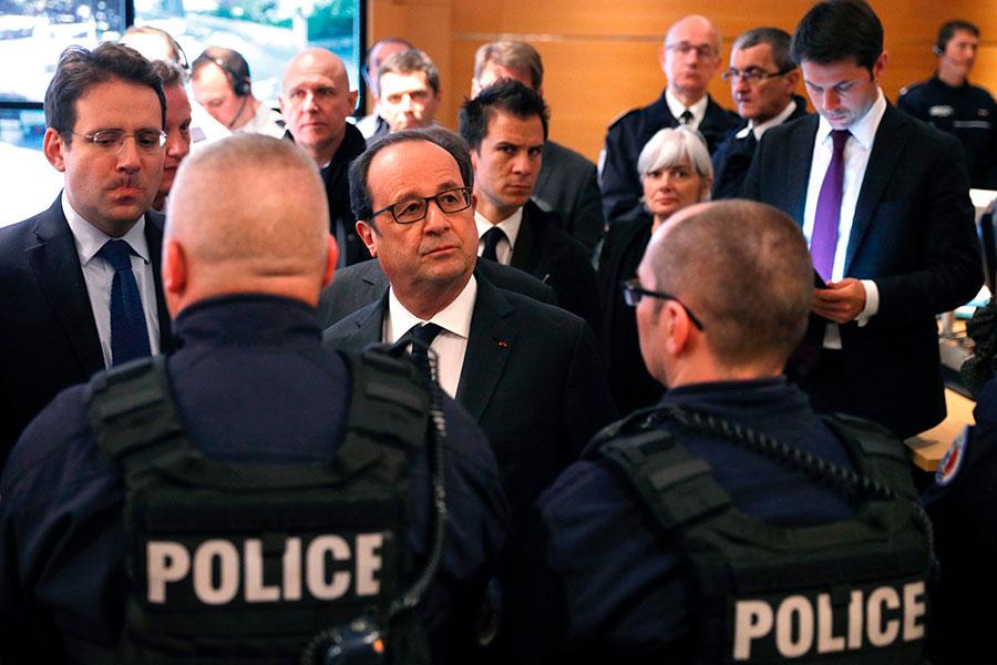 4月21日,在恐襲之後一天,法國總統奧朗德來到巴黎警察局總部跟警察開會。(PHILIPPE WOJAZER/AFP/Getty Images)