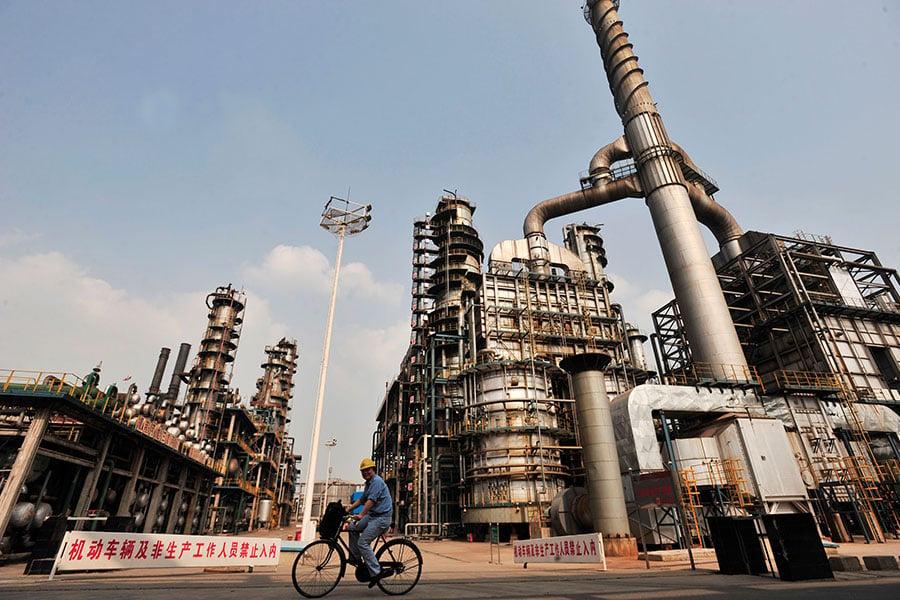 時事評論員周曉輝推斷,特朗普口中所指的北京「不尋常舉行」或許就是指中止對朝的石油輸出。(STR/AFP/Getty Images)
