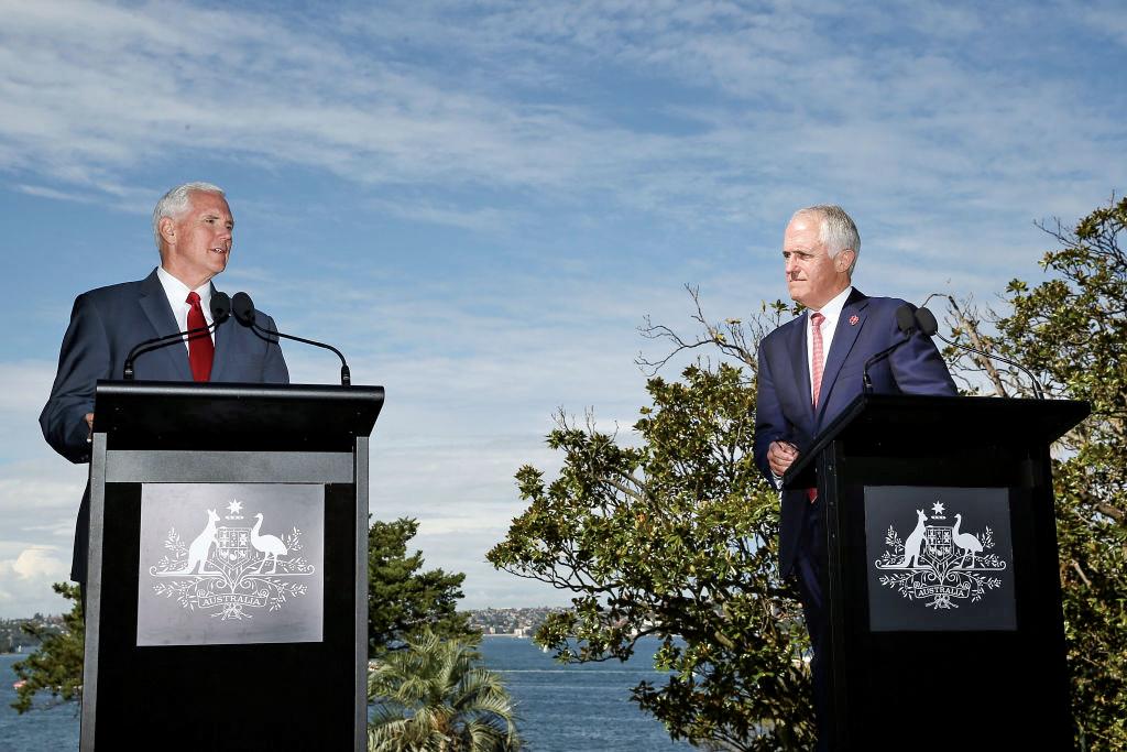 美國副總統彭斯(左)周六(22日)與澳洲總理特恩布爾(右)舉行聯合新聞會。(Getty Images)
