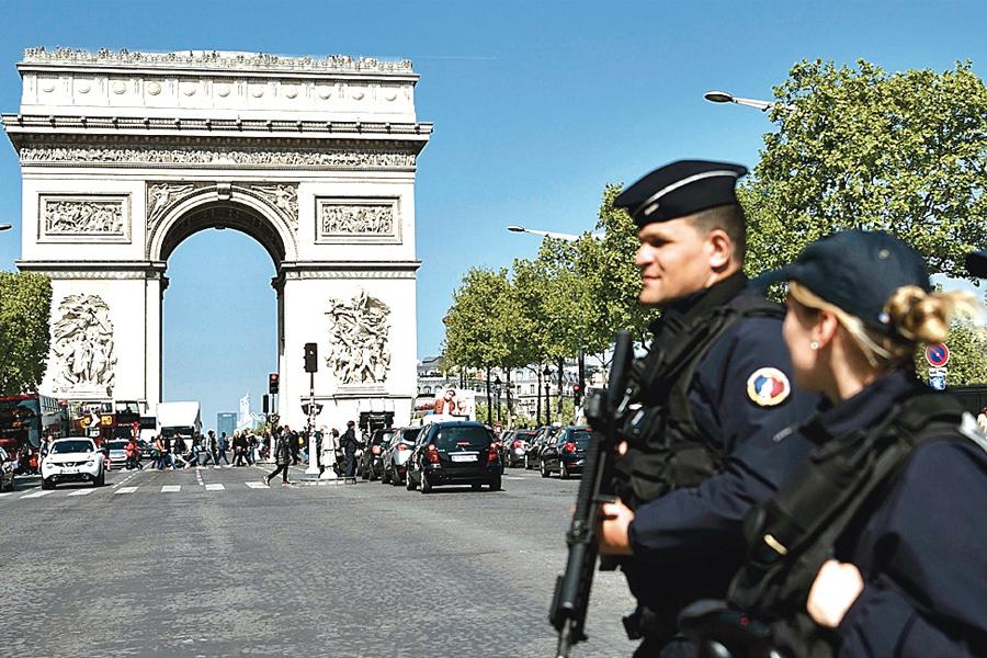 選舉前,法國當局出動5萬7千名軍警,確保各地選民在6萬6千多個票站安全環境下投票,並加強對每位總統候選人出行及辦公總部的安保。(AFP)