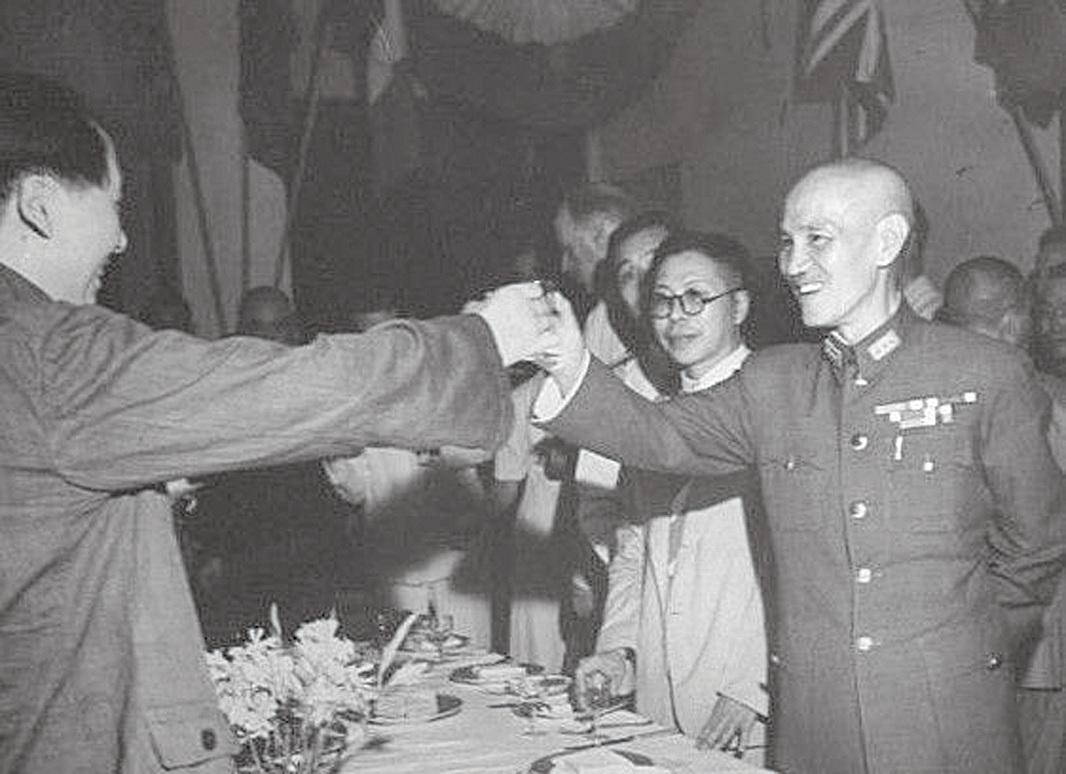 1945年重慶談判後,蔣介石(右一)舉行雞尾酒會,毛澤東(左一)亦參加。酒會上,毛向蔣介石祝酒,毛說:「蔣主席萬歲!」引起全場中外人士矚目。在周恩來身邊工作的童小鵬作為目擊者,將這一史實寫在其2015年出版的書中《在周恩來身邊四十年》。(網絡圖片)