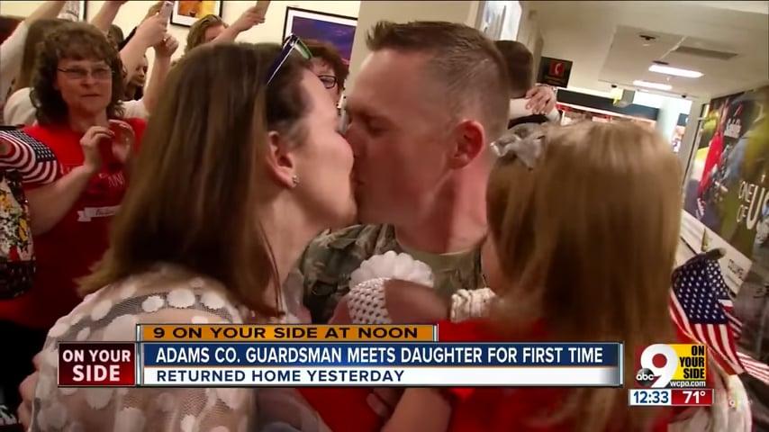 美國國民警衛隊中士斯科特・卡特賴特(Scott Cartwright)4月17日從部隊部署地點返回家園後,獲得一個非常特別的大驚喜:第一次見到他的小女兒。(視像擷圖)