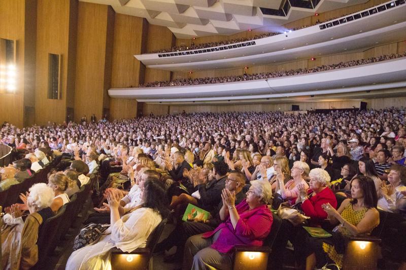 4月23日下午,美國神韻國際藝術團在大洛杉磯地區長灘市會展娛樂中心露台劇院舉行了2017年巡演在當地的最後一場演出。近3千人的劇場依然座無虛席、蔚為壯觀。(季媛/大紀元)