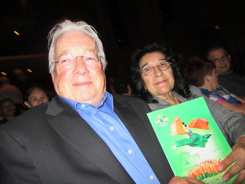 核物理學家Dr. Roger Helizon和太太看了4月23日美國神韻國際藝術團2017年在長灘市的演出,感動落淚,他們認為神韻藝術家們用靈魂為觀眾展現美好。(李清怡/大紀元)
