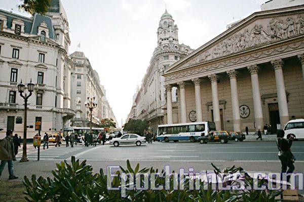 從4月13日到23日,美國神韻巡迴藝術團在阿根廷首都布宜諾斯艾利斯Opera劇院進行了10場盛大演出。觀眾們口耳相傳,最後五場演出接連爆滿。圖為布宜諾斯艾利斯的中心街景。(伊羅遜/大紀元)