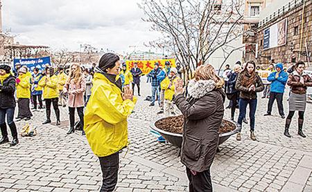 部份法輪功學員4月22日聚集在斯德哥爾摩中使館前和皇宮旁的錢幣廣場舉辦系列講真相活動。許多民眾主動簽名支持。(明慧網)